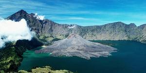 Segara Anak Gunung Rinjani - 5 Gunung Paling Horor di Indonesia