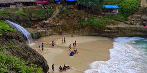 Pantai Banyu Tibo Pacitan - 7 Pantai di Jawa Timur ini Cocok Jadi Destinasi Unggulan