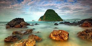 Pantai Pulau Merah Banyuwangi - 7 Pantai di Jawa Timur ini Cocok Jadi Destinasi Unggulan
