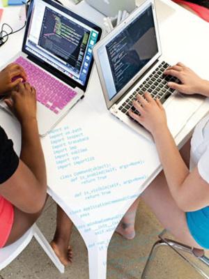 6 Programmer Wanita jadi Model Pakaian Dalam