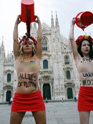 Foto Aksi Aktivis Femen Bugil Mandi Darah Protes Putin