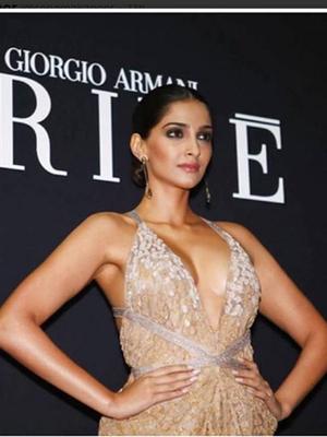 Foto Seksi Sonam Kapoor Pamer Belahan Dada di Armani Show