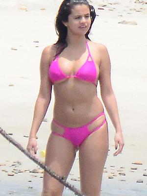 Selena Gomez Pakai Bikini Seksi Saat Liburan di Meksiko