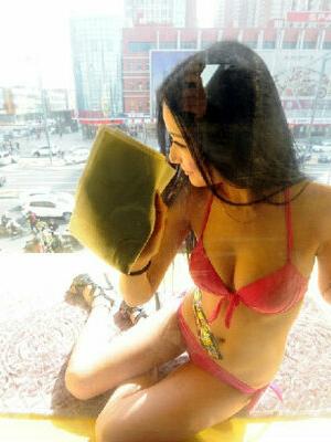 Heboh Cleaning Service Berbikini Seksi di Toko Nikon