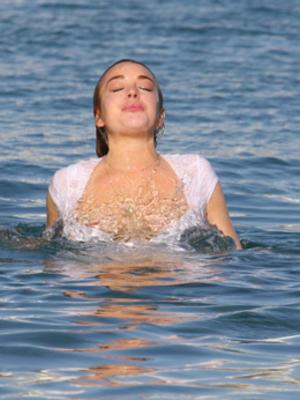 Payudara Lindsay Lohan Ngintip Saat Berenang di Yunani