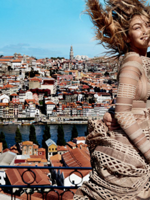 Gigi Hadid Cium Model Ganteng Domhnall Gleeson di Majalah Vogue