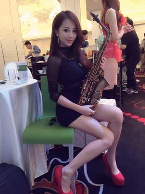 Foto Seksi Wendy Wen, Wanita Yang Mahir Mainkan Saksofon