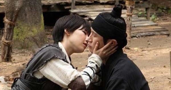 ga in ciuman dengan lidah di the huntresses