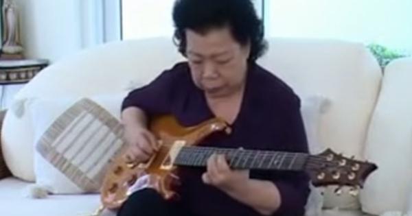 video heboh aksi keren nenek main gitar blues