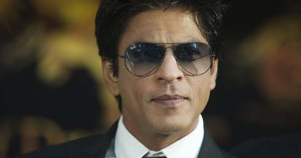 Beginilah Gaya Shahrukh Khan Saat Main Drum, Keren!